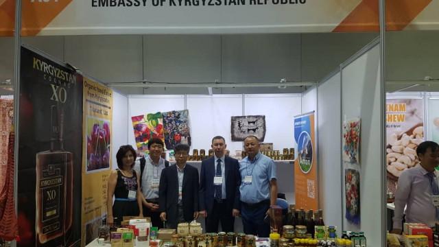 На выставке в Корее представлены кыргызский мёд и коньяк